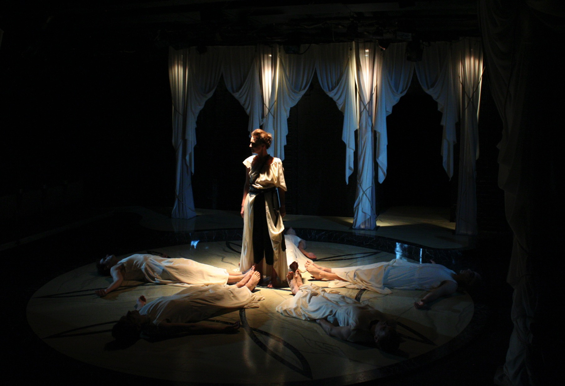 hamlet and the duchess of malfi Join shakespeare bash'd for a staged reading by one of the period's most notorious playwrights, john webster, and his tragedy the duchess of malfi.
